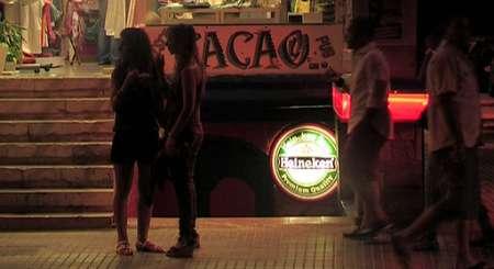 Przed klubem na Majorce, nocą
