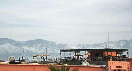 Marakesz, cafe Glacier przy placu Jamaa el Fna. W tle góry Atlas...